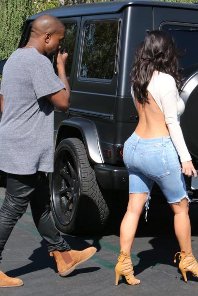 Notamos que Kanye no pierde de vista los encantos de su esposa.