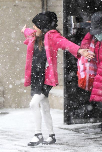 A pesar del duro clima, la hija de Tom y Katie estaba encantada. Más vid...