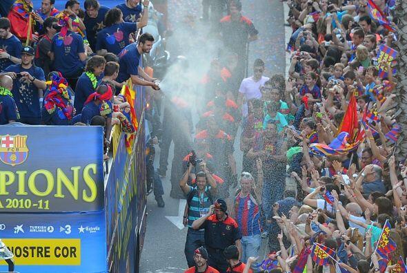 Los futbolistas, el equipo técnico, y los hinchas barcelonistas (...