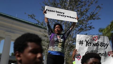 Una inmigrante participa de una marcha en Homestead, Florida.
