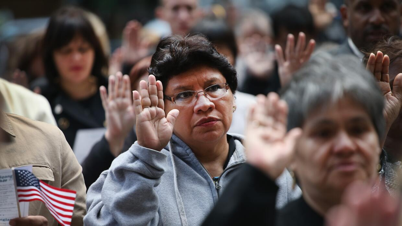 Un grupo de nuevos ciudadanos estadounidenses juramenta en Chicago, Illi...