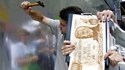 La noticia causó que miles de argentinos salieran a las callen en protes...