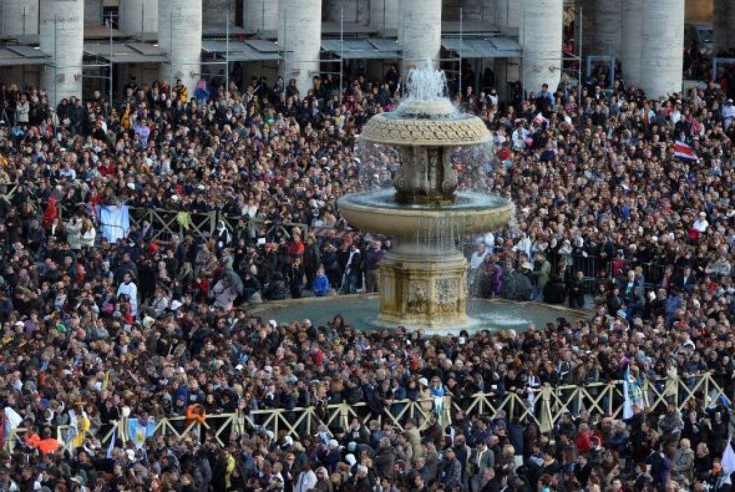 Decenas de miles de personas y las delegaciones de 130 países asistieron...