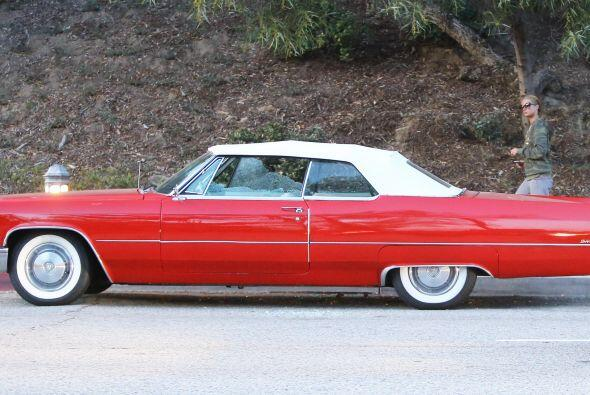 Y mientras, ahí siguió el Cadillac, solito y destrozado.