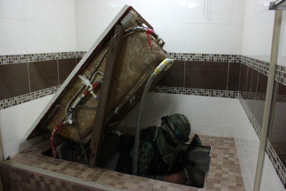 Aquí un infante de la marina muestra cómo levantando la bañera existía u...