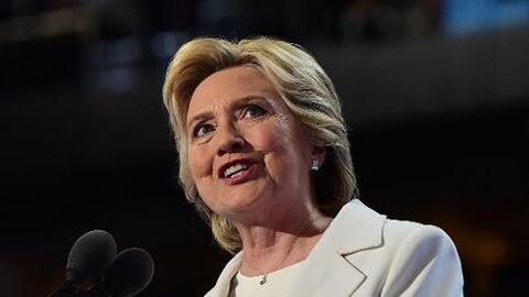La candidata demócrata Hillary Clinton acepta su histórica nominación el...