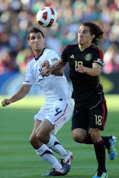 Guardado hizo lo que quiso con Lichaj durante el partido.