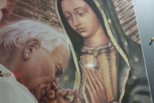 Juan Pablo II ora junto a la imagen de Nuestra Señora de Guadalup...