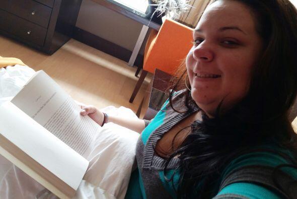 Relajando la mente con un gran libro para estar lista antes de ensayar....