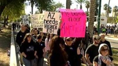 Estudiantes marchando en protesta sobre los recortes