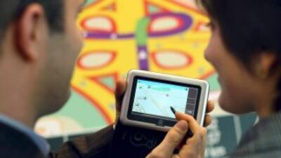 Visitante en la Feria; examinan un navegador por satélite en Hanover, Al...