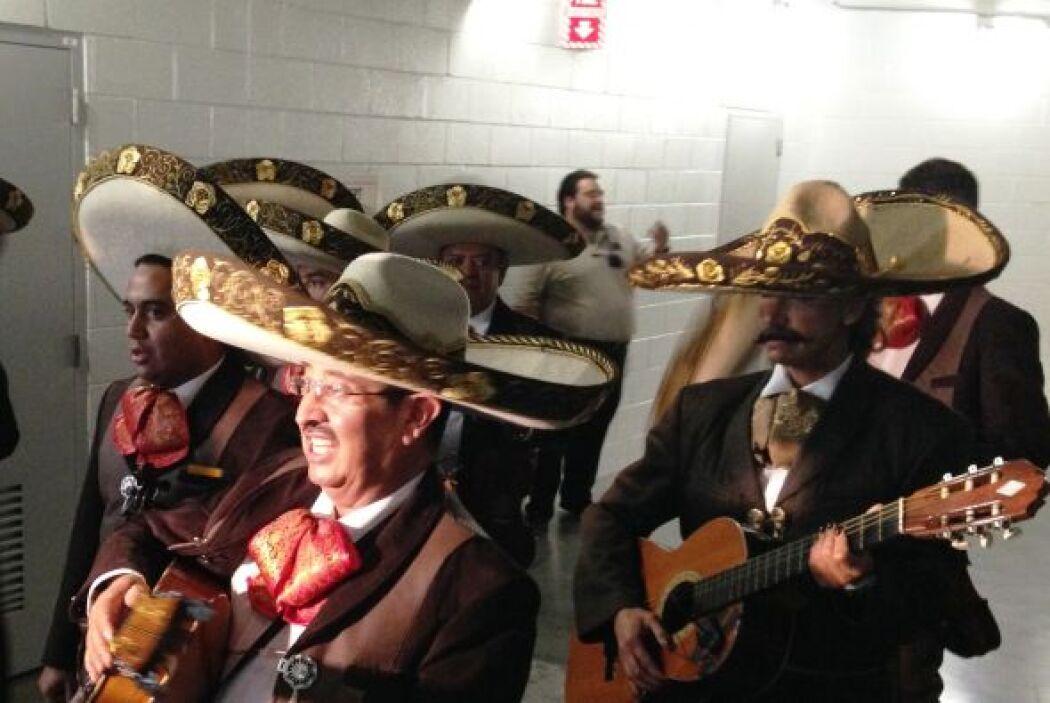 """Así llegaron los mariachis para sorprender al """"Potrillo""""."""