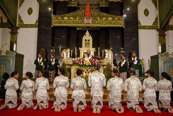Y en Indonesia, los cristianos también se volcaron en los centros religi...