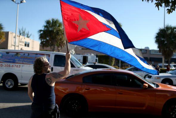 Abdel Rodríguez sostiene una bandera cubana a las afueras de la Pequeña...