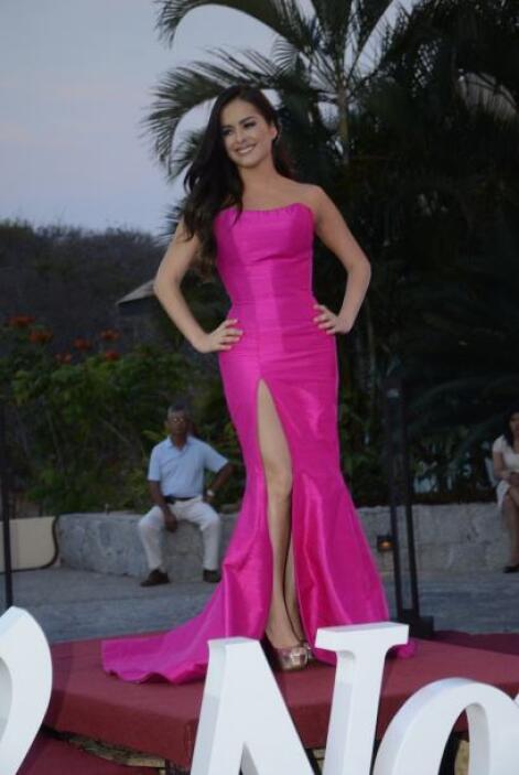 Danna García lució este vestido muy rosa y escotado.