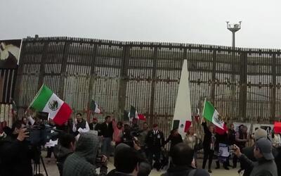 Decenas de mexicanos construyeron un muro humano en la frontera para apo...