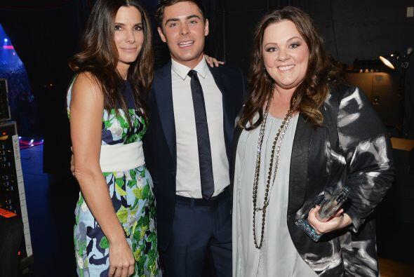 Sandra Bullock, Zac Efron y Melissa McCarthy sacándose la foto de...