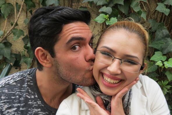 Espiridión dándole un besito a Paloma en los ensayos de la...