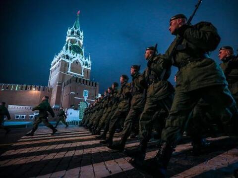 Soldados rusos marchan frente a la Torre Spasskaya, durante un ensayo pa...