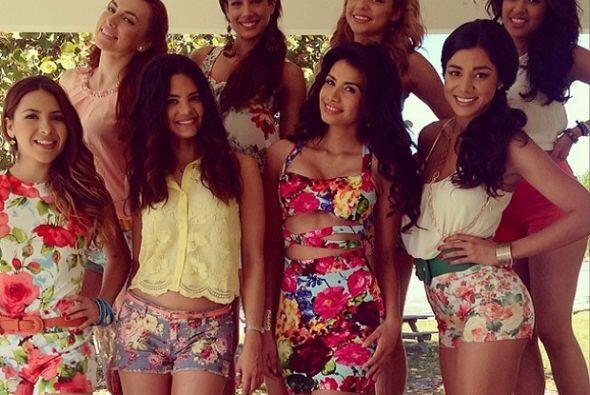 Con algunos de los talentos de Nuestra Belleza Latina, Marisela luce her...
