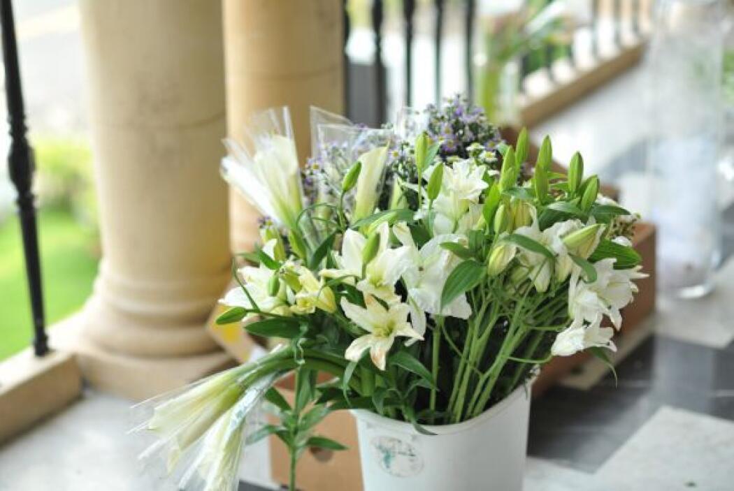 Las flores que escogió fueron blancas también para los centros de mesa.