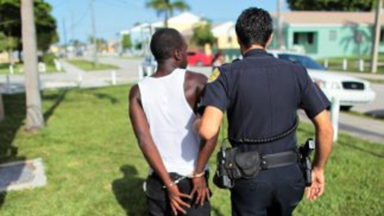 El caso se centra en un detenido que cuando levantó las manos se le caye...