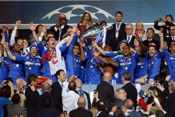 Y luego el turno del Chelsea que levantó el trofeo que le entreg&...