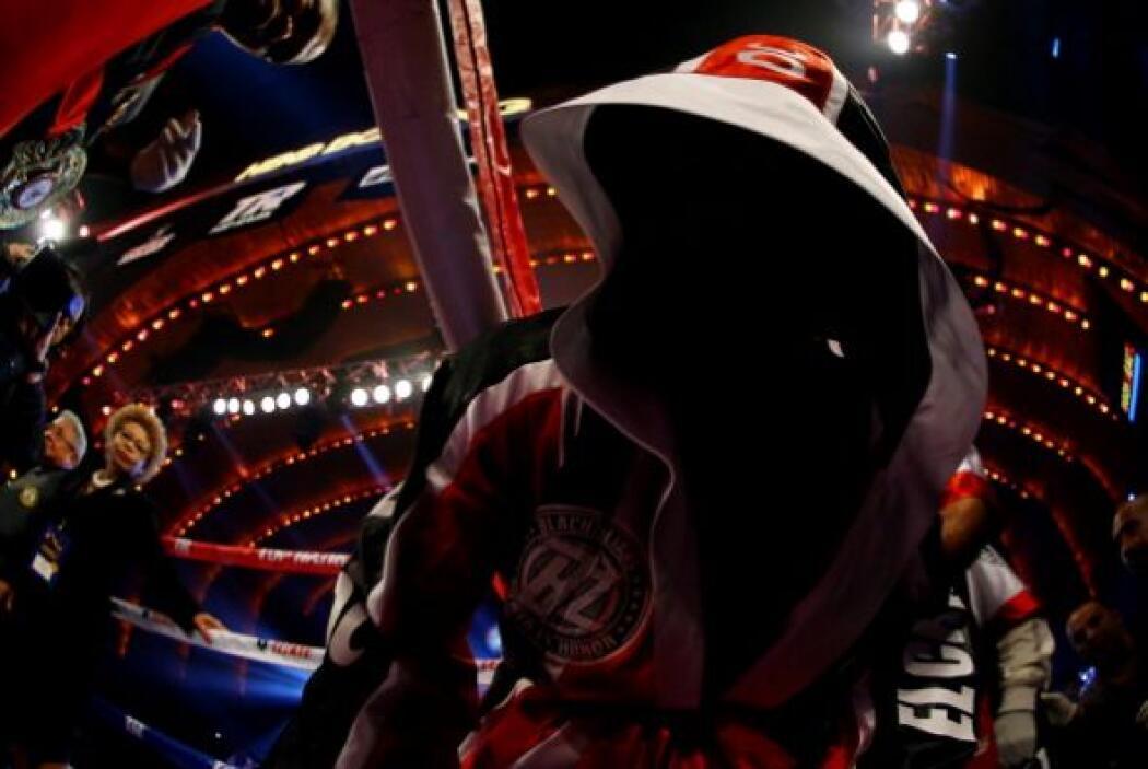 Guillermo Rigondeaux fue el primero en subir al ring, su entrada fue muy...