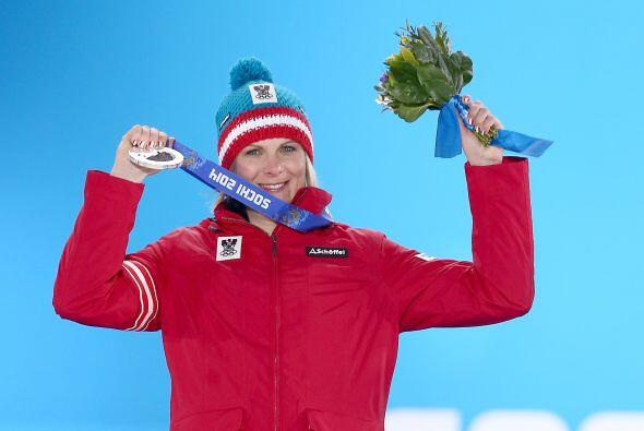 Nicole Hosp de Austria logró una medalla de plata en la prueba femenina...