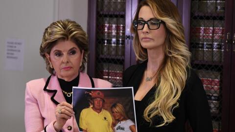 Jessica Drake (a la derecha) habla junto a su abogada Gloria Allred sobr...