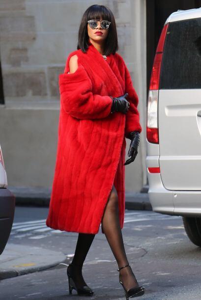 Rihanna, por su parte, se encargó de demostrar que el rojo tambi&...