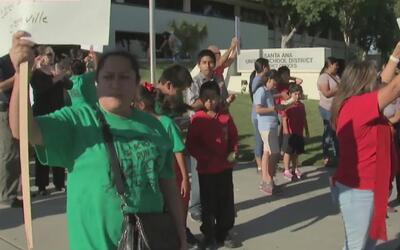 Padres de familia de Santa Ana exigen que los 236 maestros que fueron de...