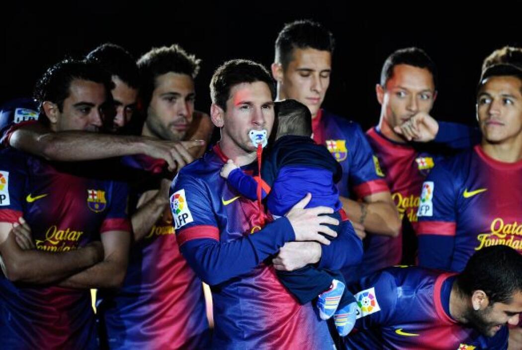 Messi apareció en el campo, aunque no jugó ese partido, cargando al pequ...