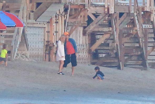 Como buen padre el actor no le quitaba la vista a su hijo.