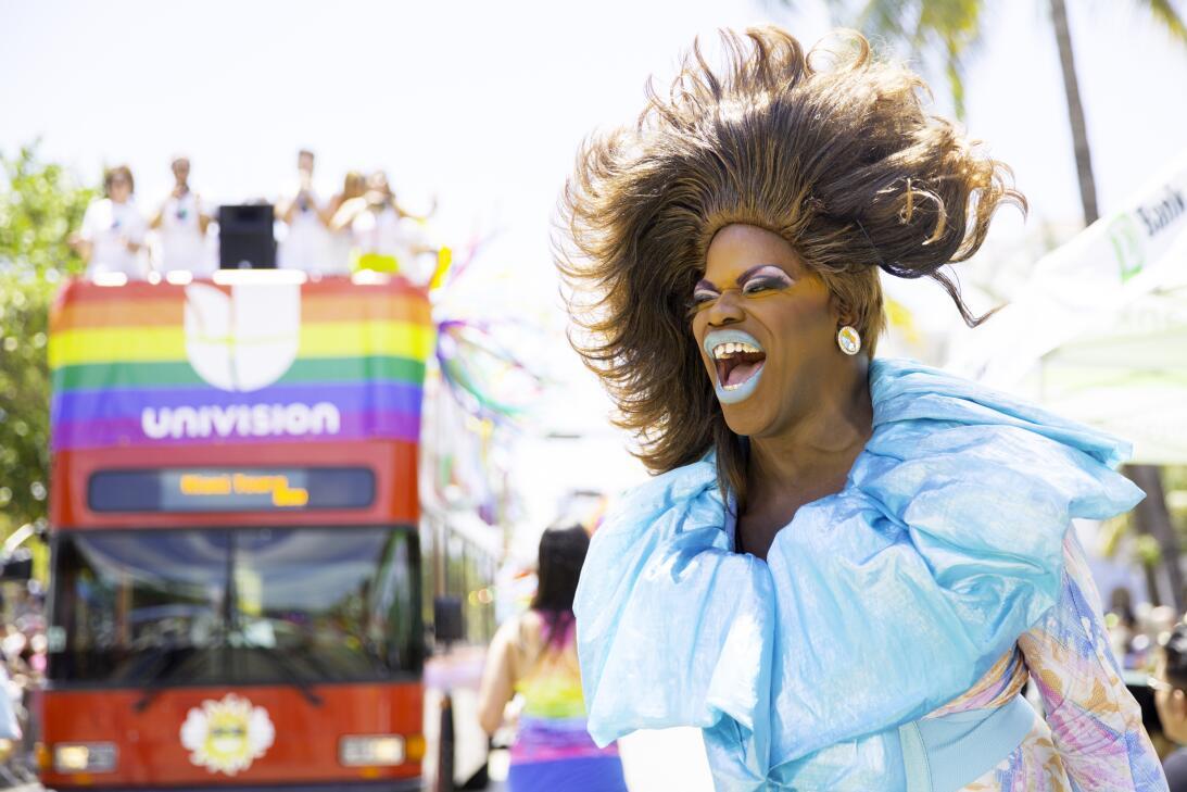 Un desfile multicolor por Ocean Drive, en South Beach, marcó este...