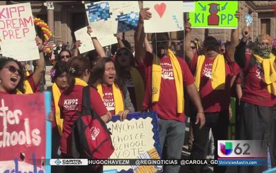Residentes texanos exigen a los legisladores que se les permita elegir l...