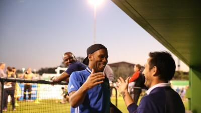 Encuentro entre Lampard y Drogba; Vieira los mira desde el fondo.