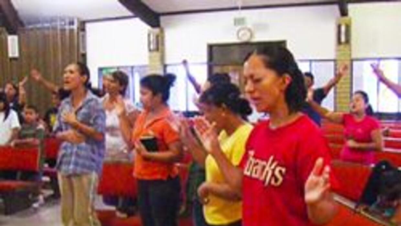 Congregacion de la iglesia Alfa Omega orando por los detenidos