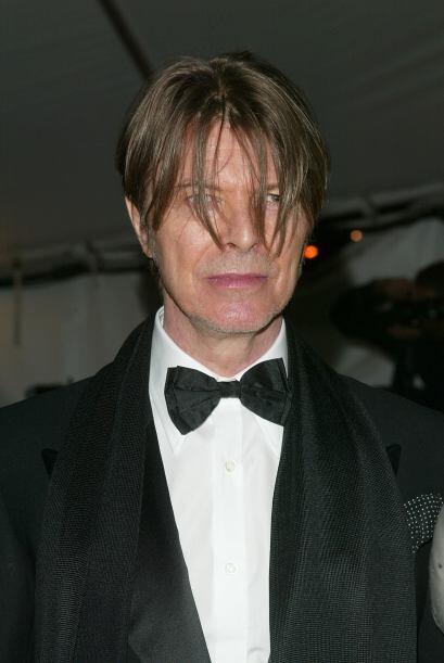 De gala y con el cabello cuidadosamente despeinado.