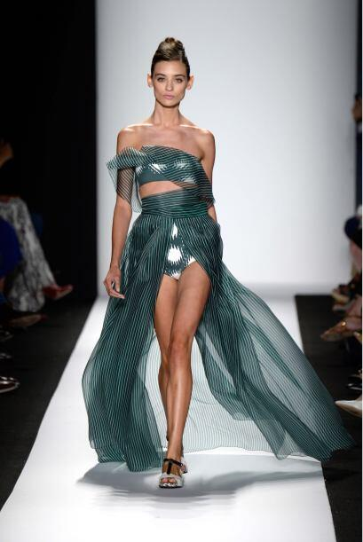 Para pecar de sexy, nada mejor que un vestido como este, el cual enseñe...