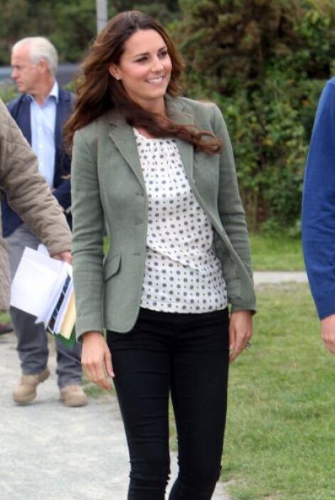 Por su parte Kate reapareció con un look súper sencillo, jeans, poco maq...