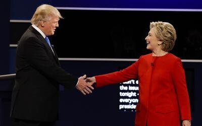 Donald Trump y Hillary Clinton se saludan antes del debate el 26 de sept...
