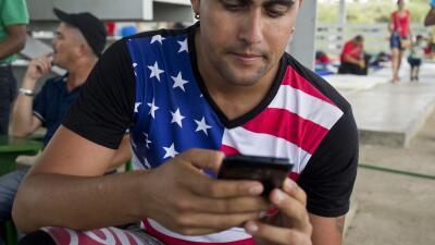 Los teléfonos celulares y Facebook, aliados de los migrantes cubanos