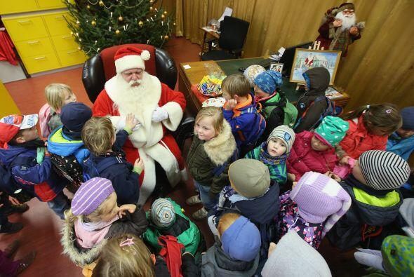 Con una mirada profunda y tierna Santa Claus espera la llegada de todas...
