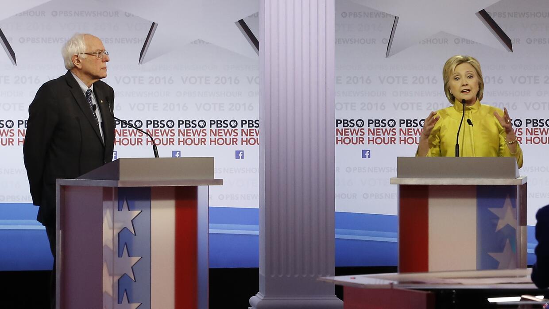 La precandidata presidencial demócrata Hillary Clinton habla mientras la...