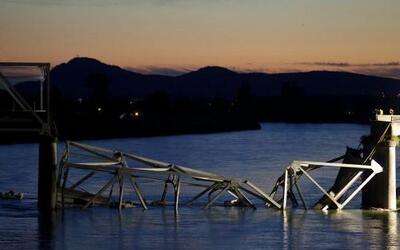 El 24 de mayo un puente repentinamente se derrumbó en el estado de Washi...