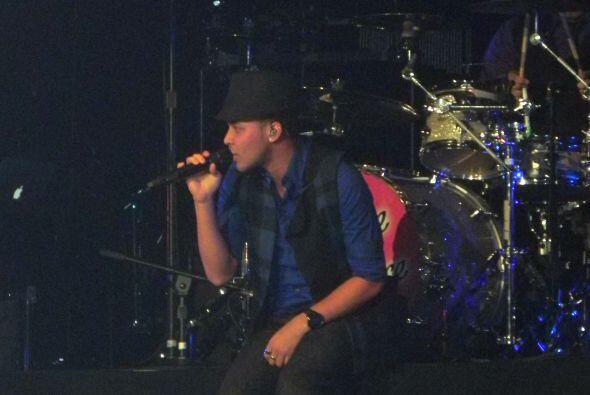 Royce enamoró en el escenario con su suave y romántico ton...
