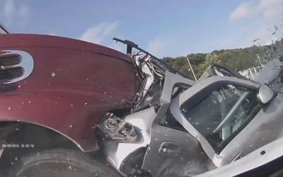 En video: camión de carga se lleva nueve autos por delante en autopista...