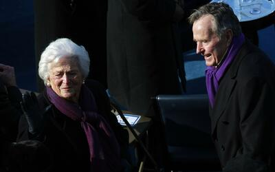 George H. W. Bush y su esposa Barbara se encuentran internados en el Hos...