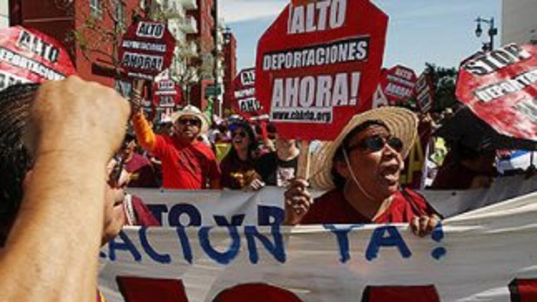 Inmigrantes y activistas durante una protesta contra la política de depo...